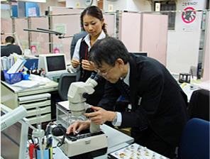 顕微鏡にて宝石の傷や内包物を確認。キレイな物はもちろん査定アップ!